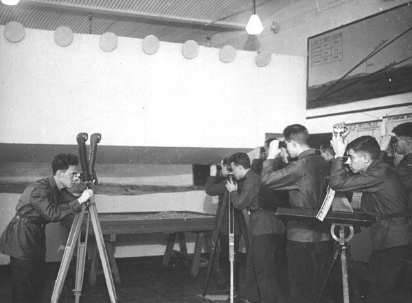 Студенты на занятиях по военной подготовке обучаются навыкам работы с оптическими приборами. 1930-ые годы.