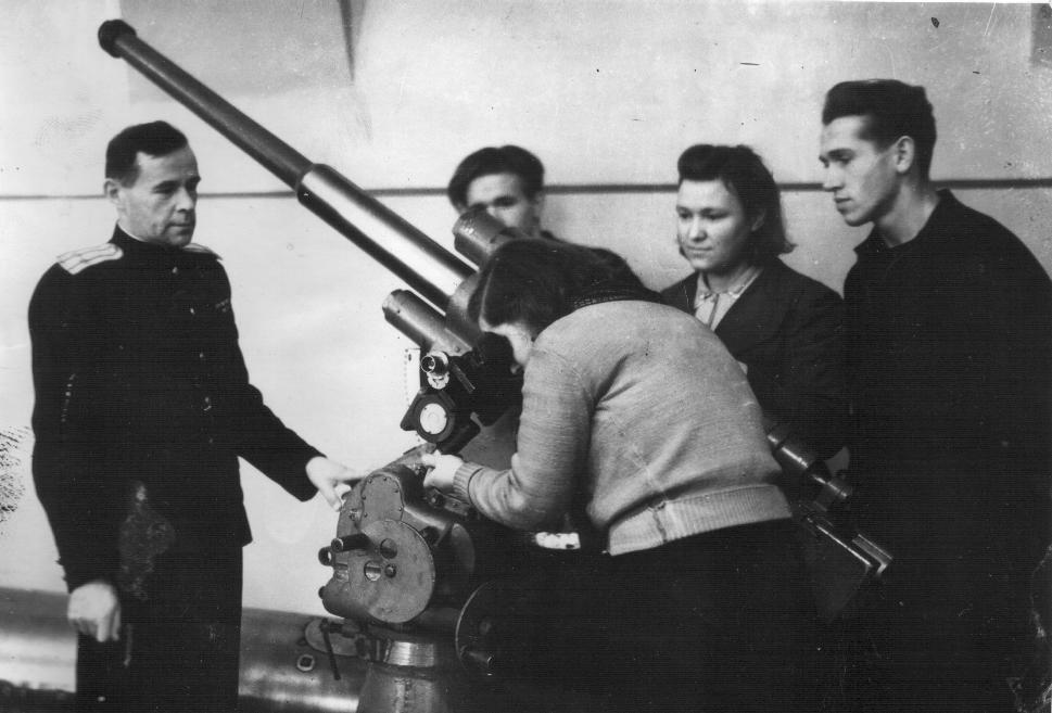 Первый начальник ВМК подполковник Кузнецов проводит занятия. 1947 год.