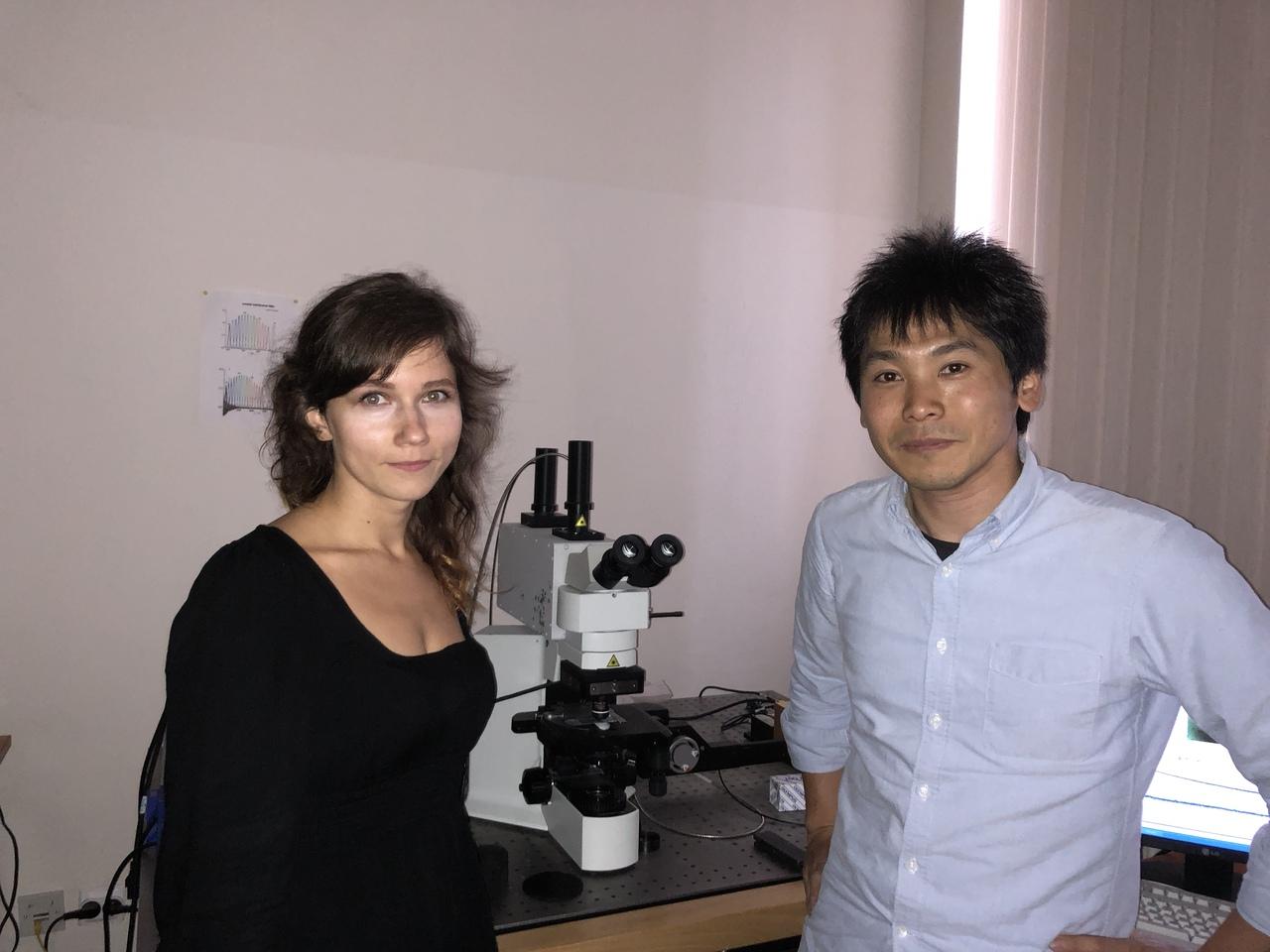 Сотрудник ЦИОТ Елена Ушакова и проф. Казуюки Такаи во время экскурсии по научным лабораториям